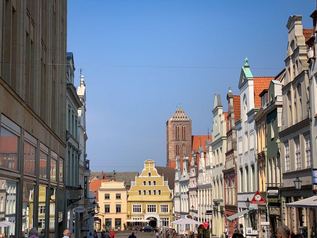 Verkaufsoffene Sonntage in der Altstadt von Wismar.